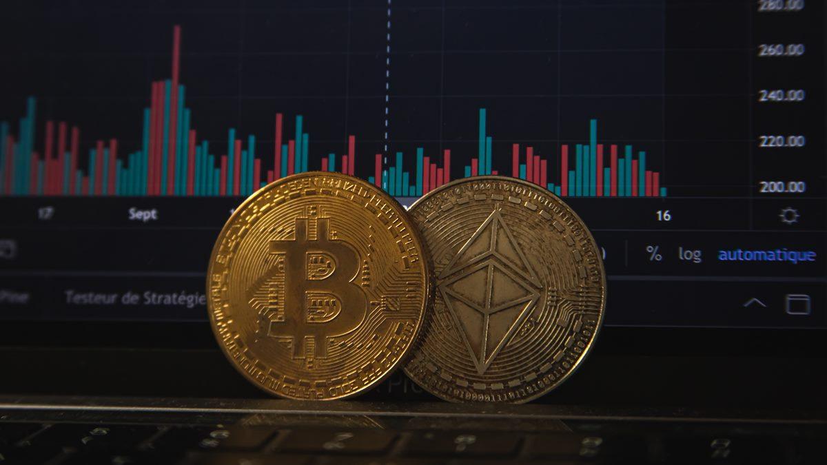 Dua buah koin kripto.