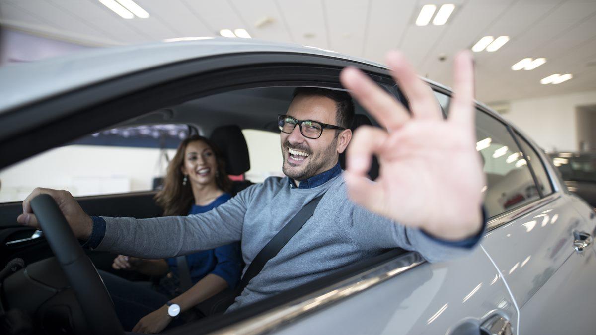 Pembeli mobil baru yang bahagia karena pajak mobil diperpanjang lagi.