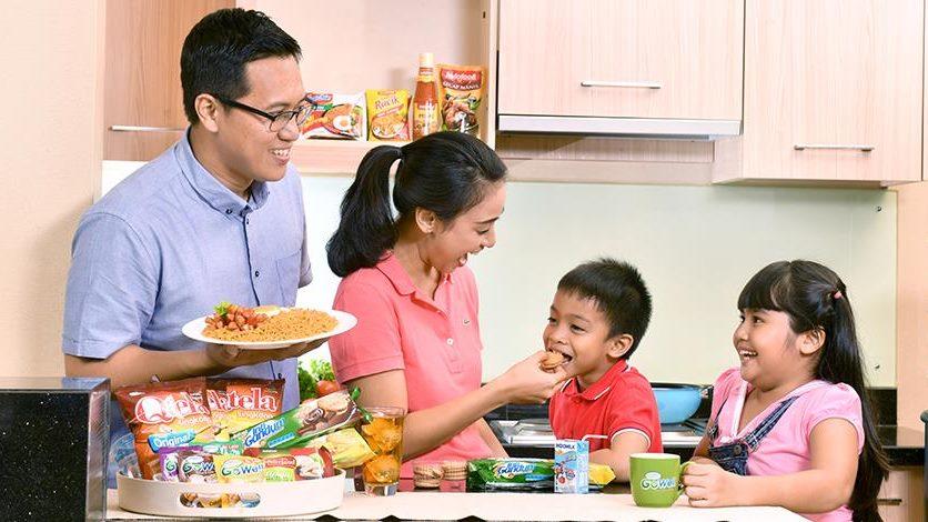 Satu keluarga yang menggunakan produk Indofood.