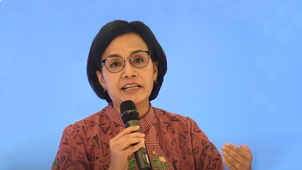 Ibu Sri Mulyani yang sedang berbicara menggunakan mic.