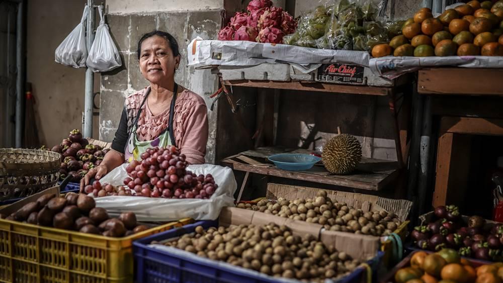 Seorang pedagang buah di pasar.