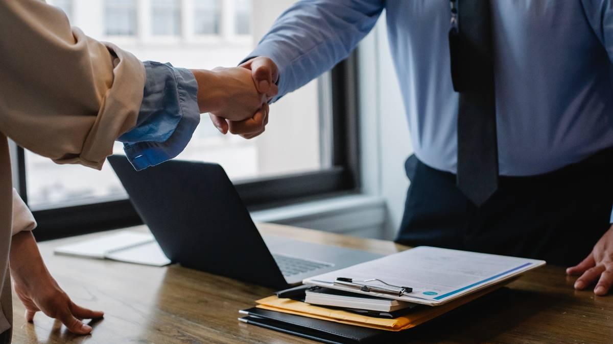 Ilustrasi kesepakatan setelah penandatanganan kontrak kerja.