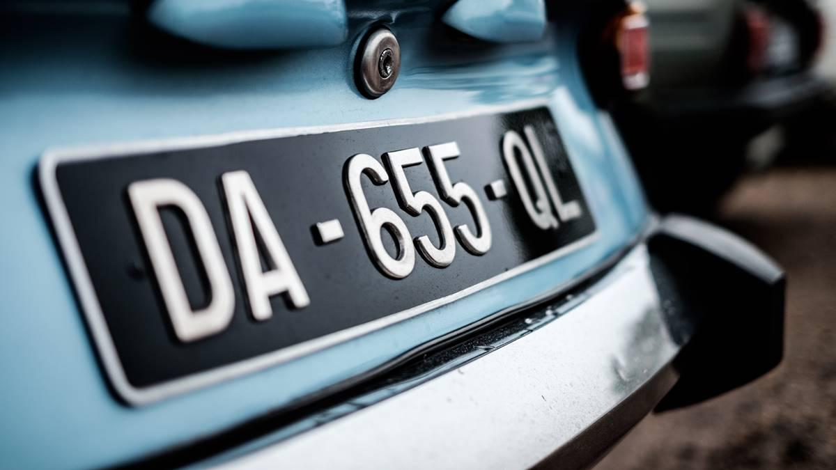 Plat nomor kendaraan mobil.