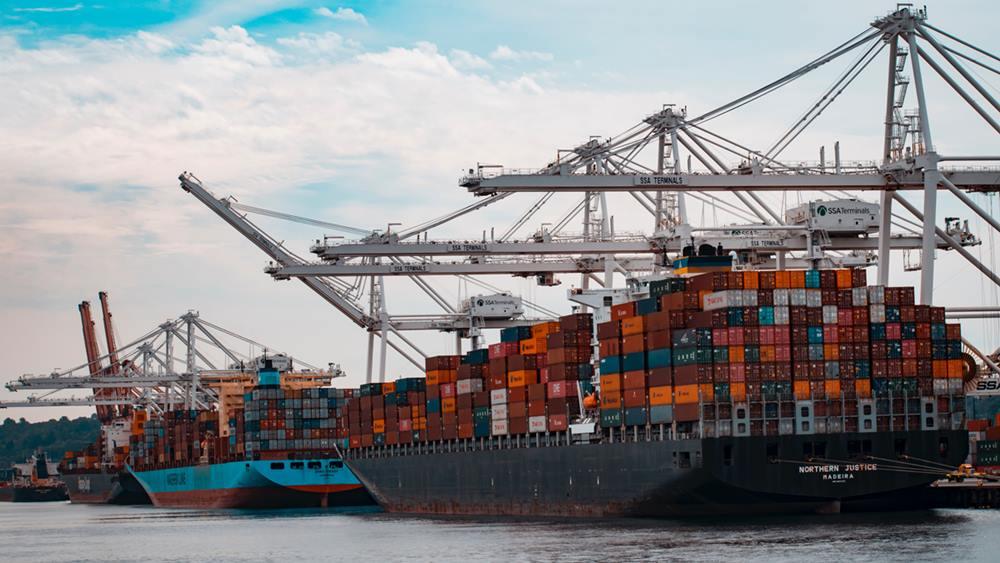 Kapal ekspor-impor.