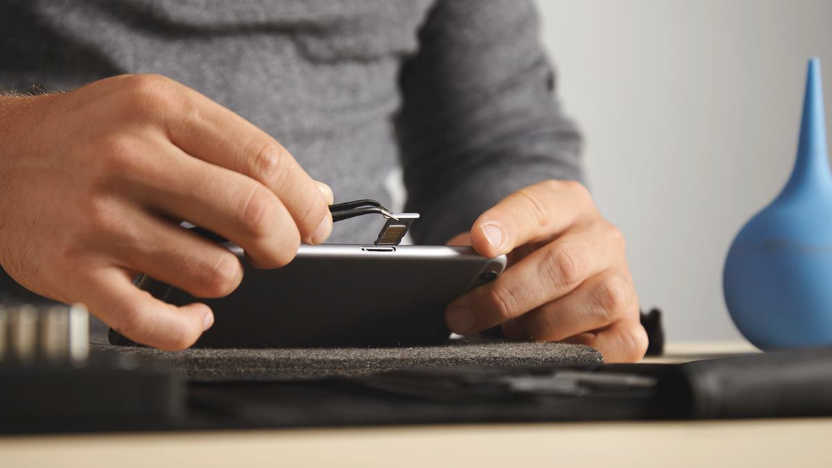 Seseorang sedang mengganti kartu sim.