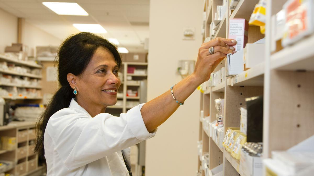 Seorang wanita yang yang bekerja di apotek.