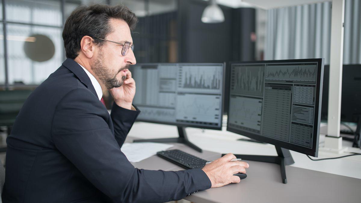 Seorang pria yang sedang melihat layar komputer.