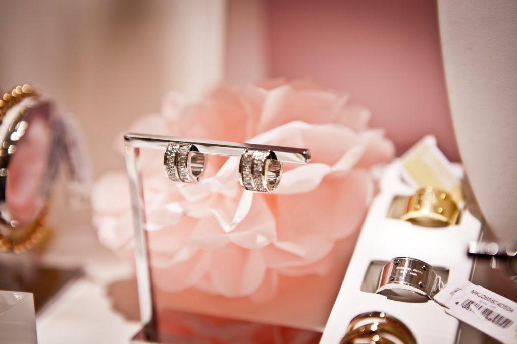 Harga Emas Perhiasan Hari Ini, Naik atau Turun? Cari Tahu di sini!
