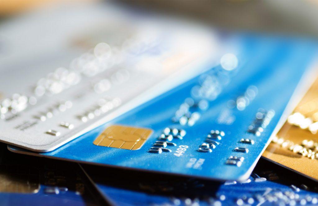 kartu kredit atau kartu debit