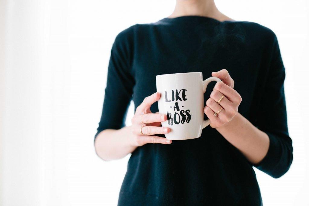 Apakah kamu seorang introvert? Untuk mengetahuinya, kamu bisa simak artikel ini yang berisikan tanda-tanda & kebiasaan orang introvert yang sering dilakukan.