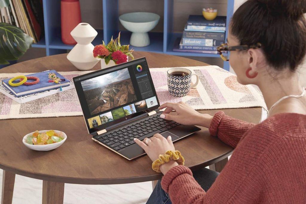 Laptop  HP touchscreen hybrid sekaligus berfungsi sebagai tablet hadir dalam seri Envy, Pavilion dan Elite dengan range harga terjangkau bagi profesional Milenial yang digital-savvy.