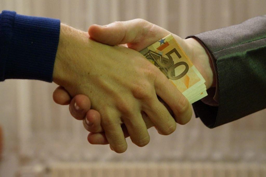 Pinjam uang teman bisa memicu pertikaian jika tidak dilakukan dengan cara yang tepat