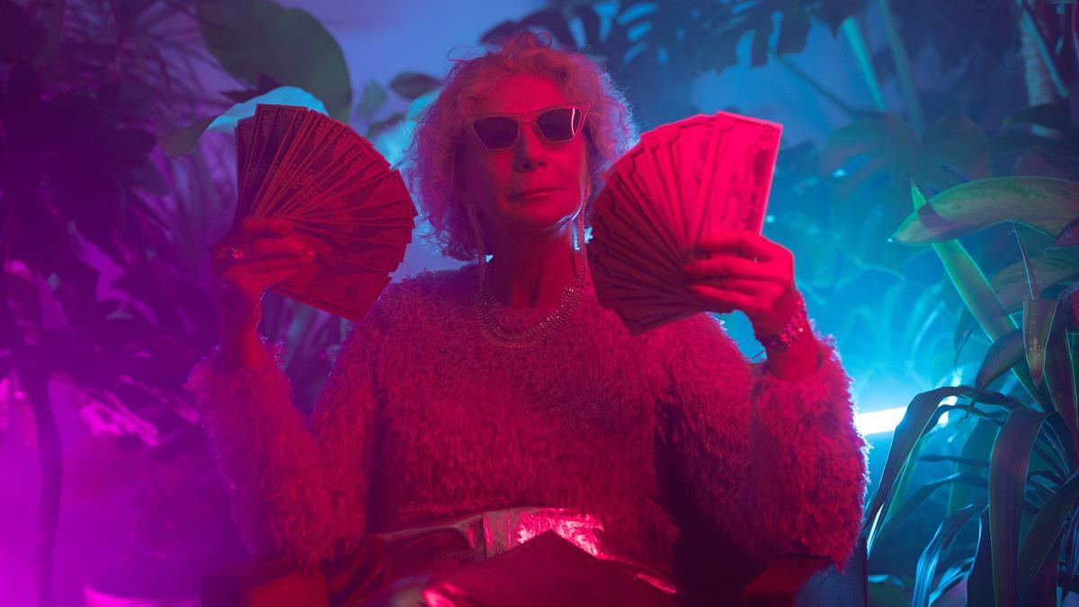 Seorang wanita kaya yang sedang memegang sejumlah uang.