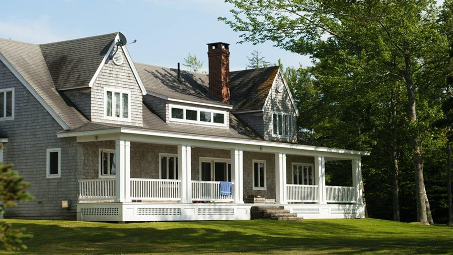 Bangunan rumah dengan halaman yang asri.